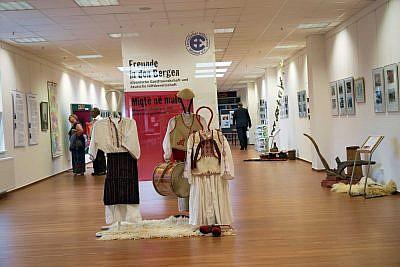 Eingangsbereich mit Ausstellungs-Banner